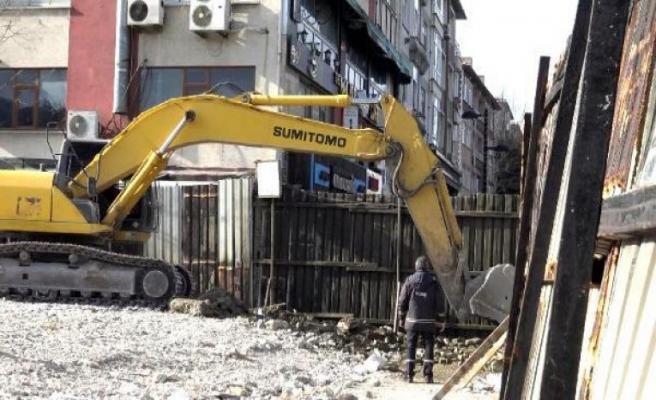 Avcılar'da yıkılan belediye binası enkazı kaldırılırken doğal gaz borusu delindi