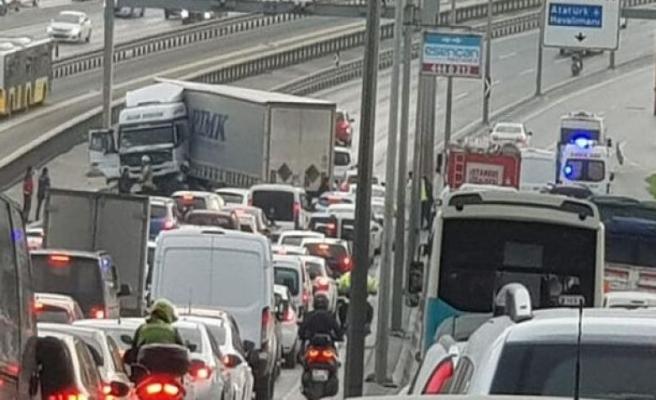 Avcılar E-5'te korkunç kaza: Trafik durdu!