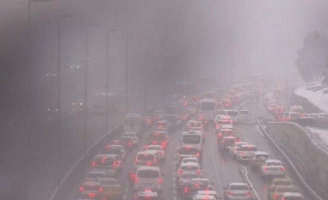 İstanbul'da trafik durma noktasında! Kar şiddetini artırdı, AKOM'dan uyarı geldi