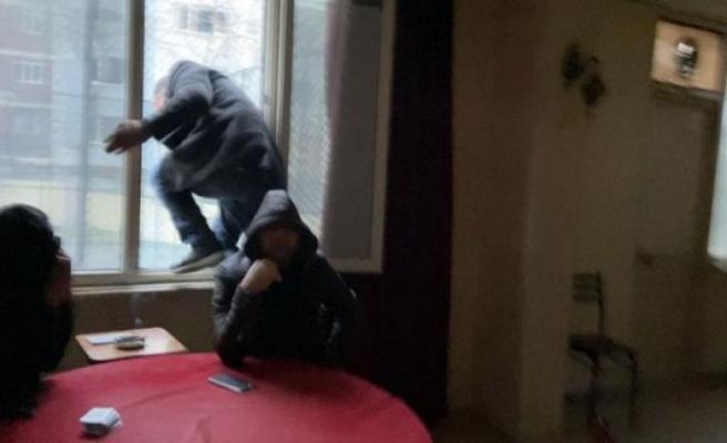 5 kez basılan kıraathanede yine aynı manzara! Polisi gören bir kişi canı pahasına camdan atladı
