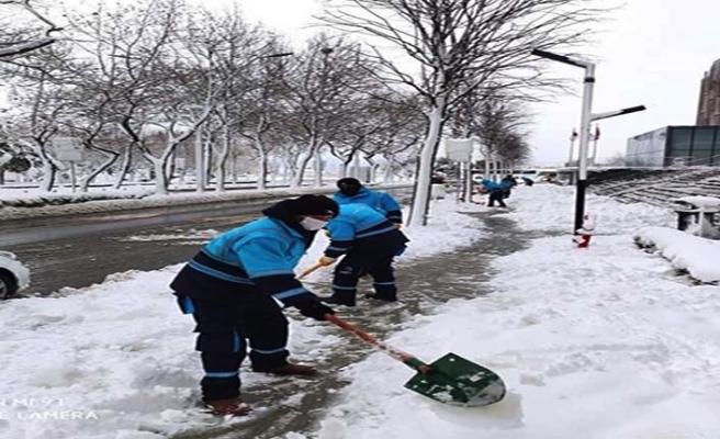 Beylikdüzü Belediyesi'nin kar temizleme çalışmaları devam ediyor