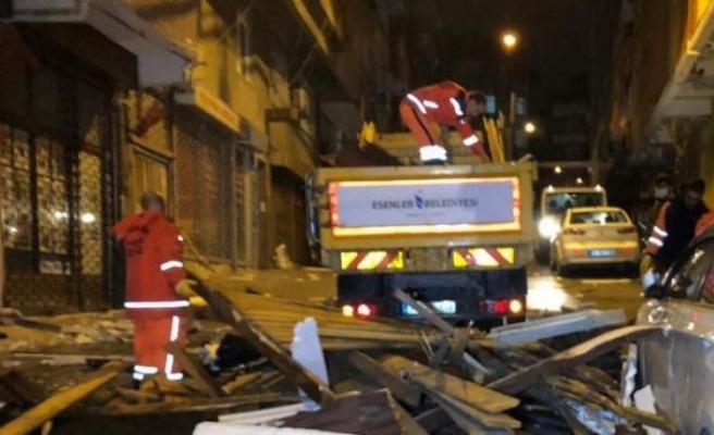 İstanbul'da fırtına: Çatılar uçtu, ağaçlar devrildi