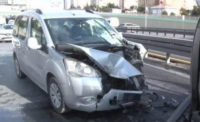 Beylikdüzü E-5'te iki araç çarpıştı: 2 yaralı