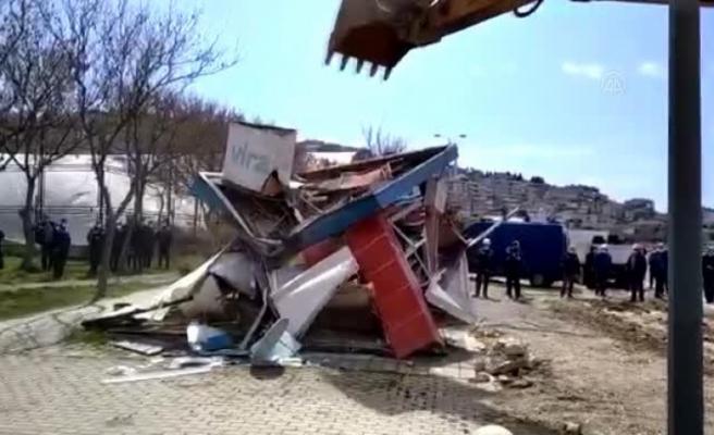 Büyükçekmece sahilindeki 7 işletme, kaçak olduğu gerekçesiyle belediye ekiplerince yıkıldı