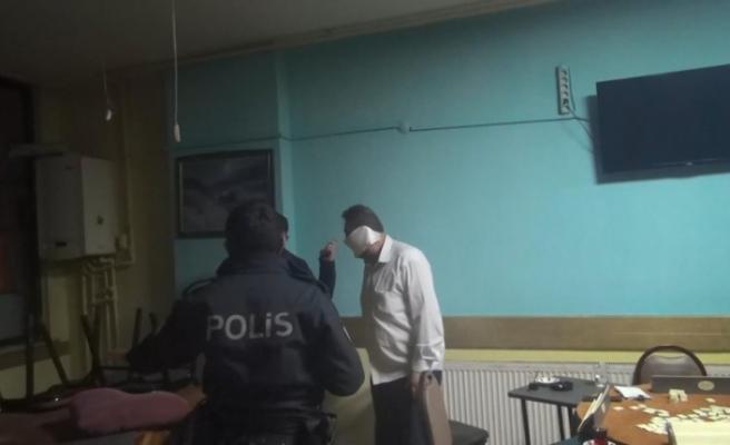 Kıraathane baskınında yakalandı, tuvalet kağıdını maske yaptı