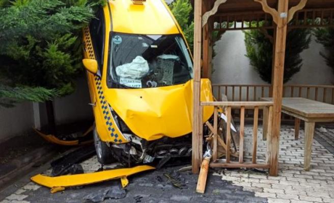 Beylikdüzü'nde bir taksi sitenin bahçesine uçtu