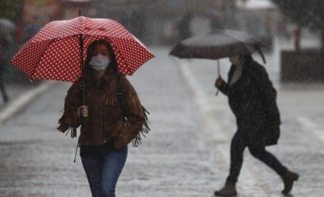 Havanın ısınmasını bekleyenlere kötü haber: Meteoroloji'den sağanak uyarısı!