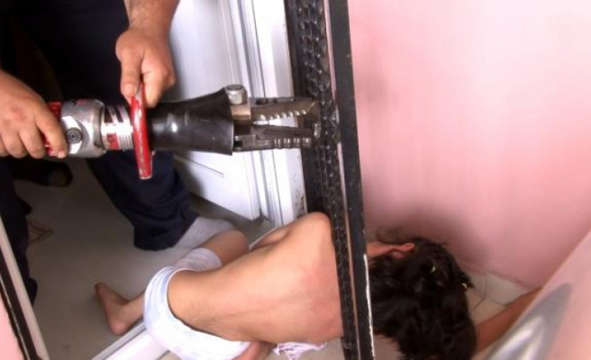 7 yaşındaki çocuk kapı demirine sıkıştı