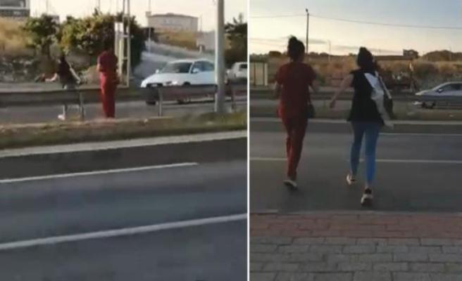 Arkadaşının uyarısına rağmen üst geçidi kullanmayan hemşireye otomobil çarptı!