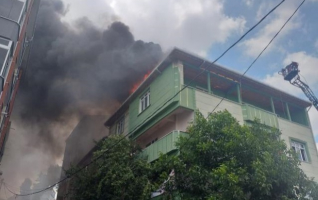 Avcılar'da binanın çatısı alevlere teslim oldu: 5 kişi dumandan etkilendi