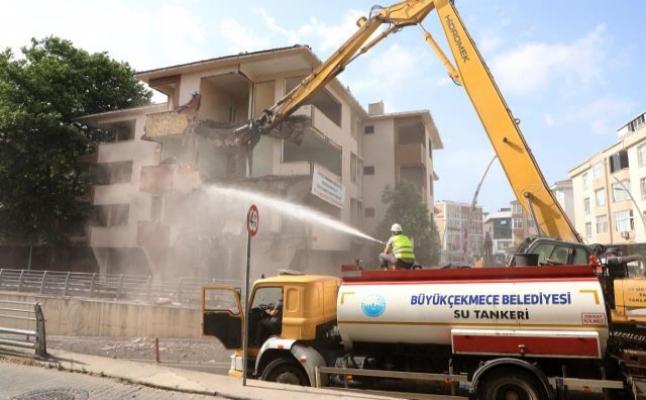 Büyükçekmece'de deprem riski taşıyan hasarlı 5 bina yıkıldı