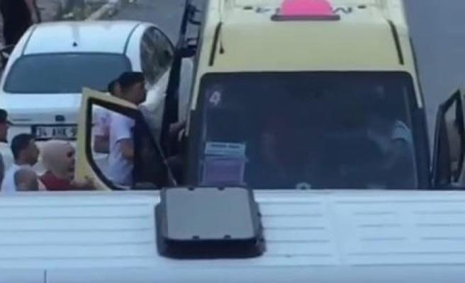 Düğün konvoyunu bırakıp minibüs şoförünü dövdüler