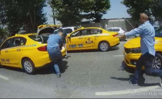 İstanbul'da taksicilerin sopalı kavgası: Birbirlerine girdiler!
