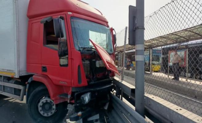 Bakırköy'de kamyon, metrobüs bariyerlerine çarptı: 2 şerit trafiğe kapatıldı
