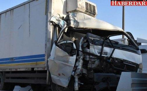 Büyükçekmece'de Kamyonla Otobüs Çarpıştı: 2 Yaralı