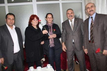 CHP Büyükçekmece Öğretmenlere karanfil dağıttı