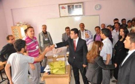 Demirtaş'ın oy kullandığı okulda gerginlik