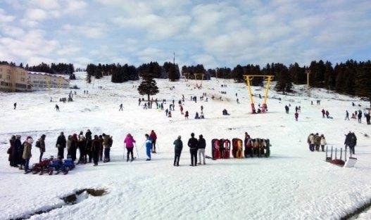 Günübirlikçiler düşe kalka kayak yaptı