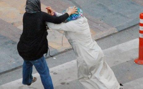 Kadınlar cadde ortasında kavga etti