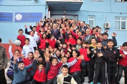 Uzun'un öğrenciler ile futbol keyfi
