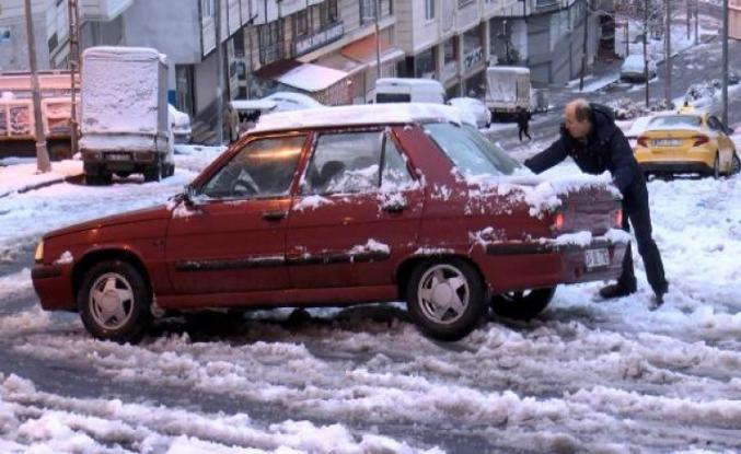 Esenyurt'ta kar sürücü ve yayalara zor anlar yaşattı