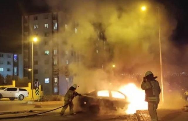 Esenyurt'ta seyir halindeki otomobilde çıkan yangın söndürüldü