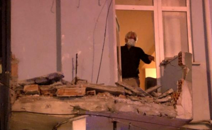 Avcılar'da gece yarısı 7 katlı bir binanın iki balkonu çöktü