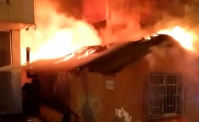 Küçükçekmece'de tek katlı baraka alev alev yandı