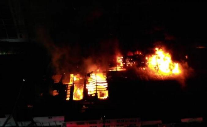 Küçükçekmece'de yanan kağıt ambalaj üretim merkezi havadan görüntülendi