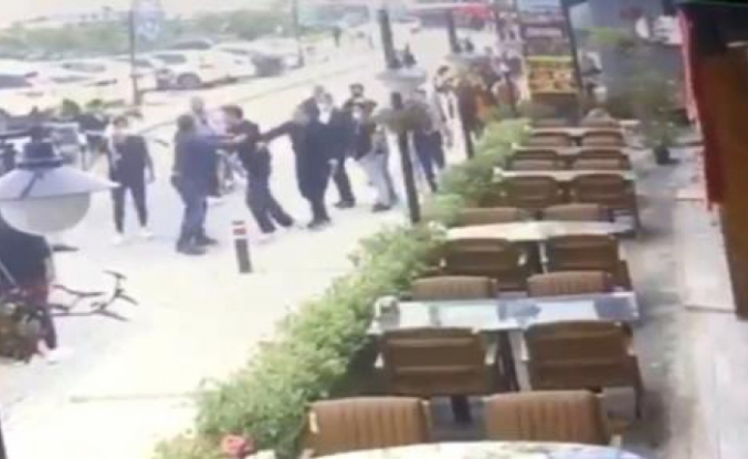 Restoran çıkışında karısını döven adama meydan dayağı