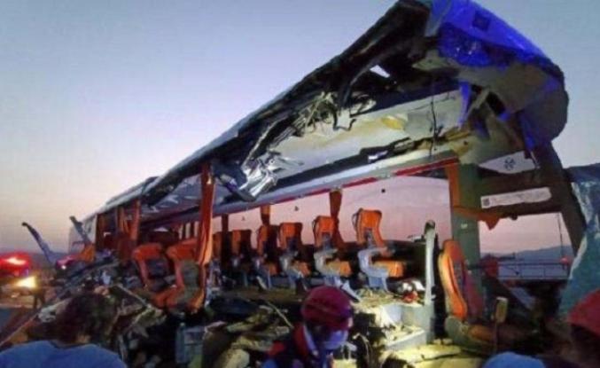 TIR, otobüsle çarpıştı: Çok sayıda ölü ve yaralı!