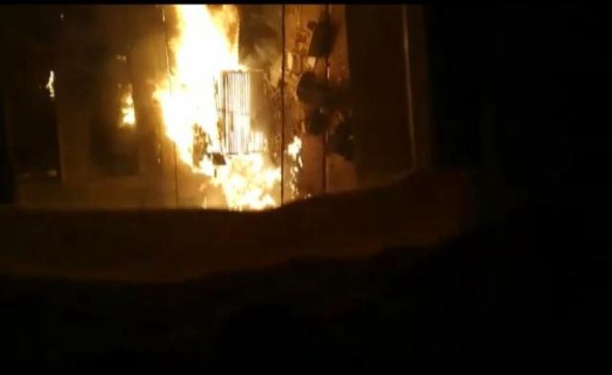 Esenyurt'ta 3 katlı binanın doğalgaz hattındaki parlama nedeniyle iki daire alev alev yandı