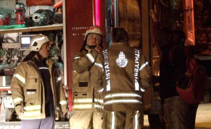 Esenyurt'ta 5 katlı binanın çatısı alev alev yandı