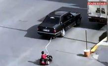 Akülü araçtaki çocuğunu otomobille çeken baba yakalandı
