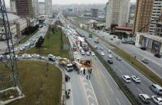 TEM'de hafriyat tırı devrildi: Trafik kilit