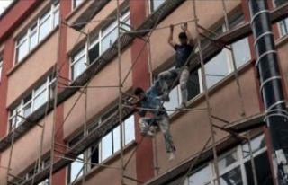 Avcılar'da 4 katlı binanın iskelesinde tehlikeli...