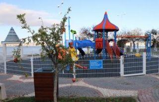 Büyükçekmece'de çocuk parkları meyve ağaçlarıyla...