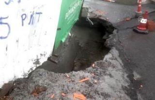 Esenyurt'ta yolun bir bölümü çöktü