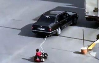 Akülü araçtaki çocuğunu otomobille çeken baba...