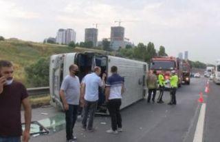 Hadımköy'de servis minibüsü devrildi! Yaralılar...