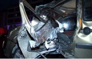 Avcılar'da otomobil trafik lambasına çarptı:...
