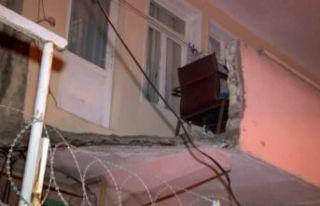 Küçükçekmece'de evin balkonu çöktü: 1...