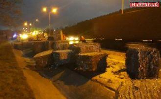 Büyükçekmece TEM'de kağıt balyaları yola devrildi, trafik yoğunluğu oluştu