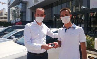 YKS'de Türkiye birincisi olan öğrencisine lüks otomobilini hediye etti