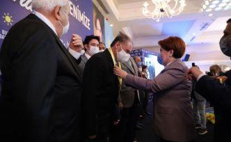 Meral Akşener, Bursa'da yeni üyelere rozet taktı