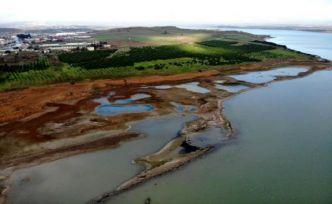 Suların çekildiği Büyükçekmece Barajı'nda korkutan görüntü