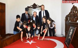 Atatürk'ün yatağına karanfiller bırakıldı