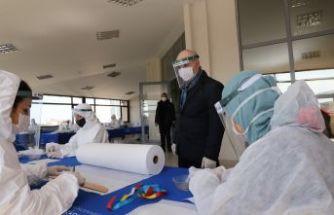 Belediye personeli, sağlık çalışanları için siperlik vatandaşa maske üretiliyor
