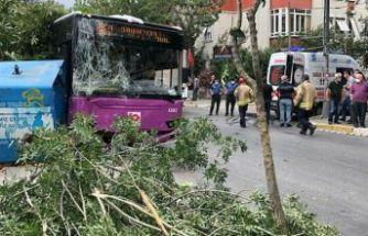 Avcılar'da şoförü rahatsızlanan halk otobüsü kaza yaptı