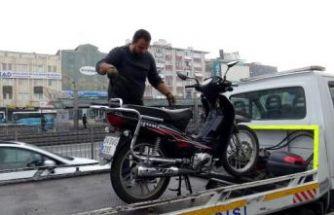 AVCILAR'DA DURAĞA YANAŞAN İETT OTOBÜSÜNE MOTOSİKLET SÜRÜCÜSÜ ÇARPTI